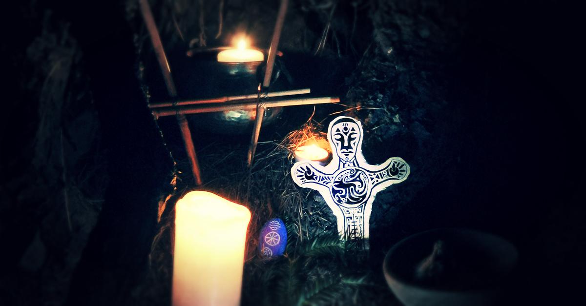 La fête druidique de Omnia fête de la désincarnation (anciennement Samonios, Samain) invite à honorer les ancêtres comme ici avec un autel de bougies, des offrances et une figurine.