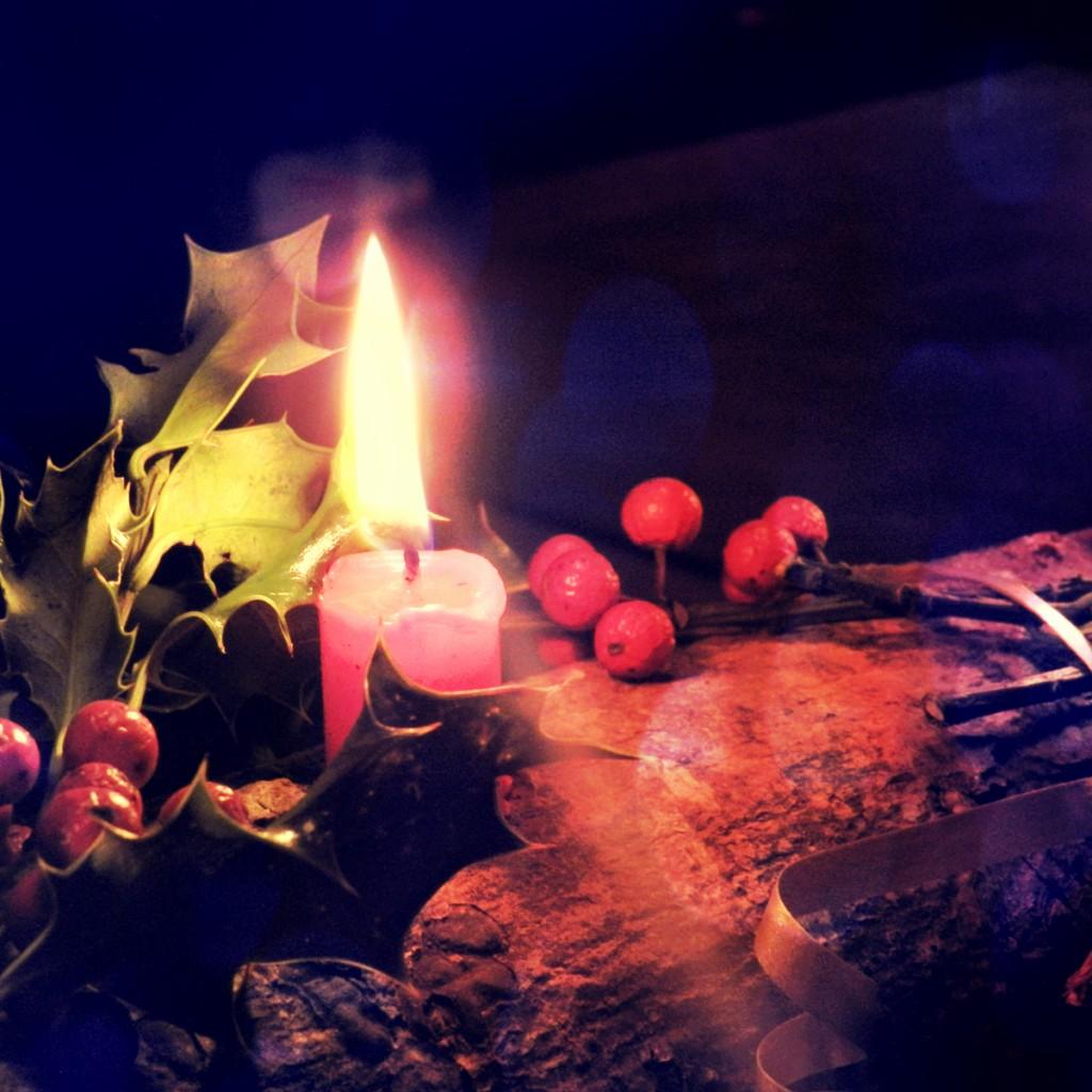 Vivre le solstice d'hiver à la lumière d'une bougie posée sur une bûche