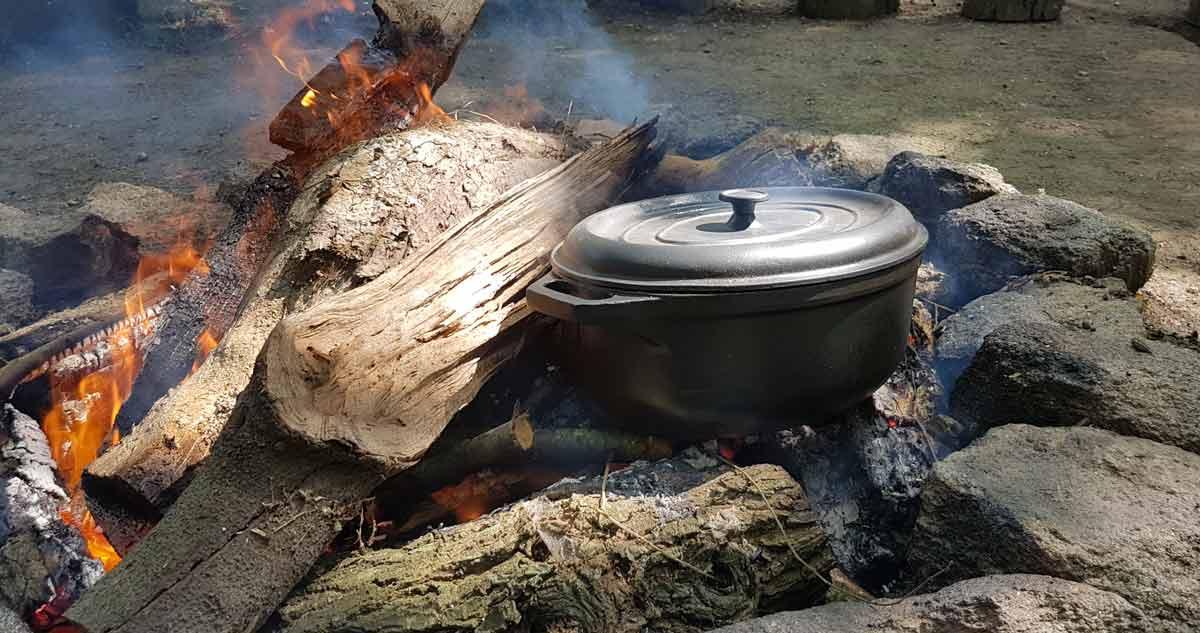festivités et repas de cérémonie autour du feu