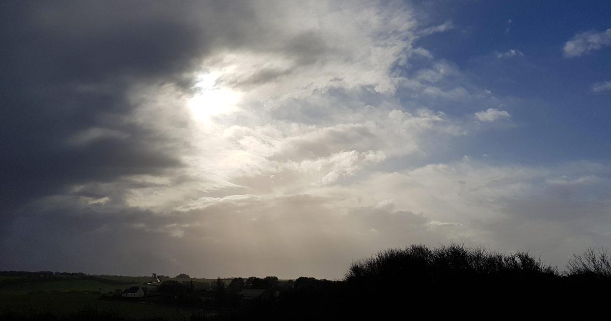 Le ciel au-dessus d'Aelys, nuageux et lumineux tout à la fois