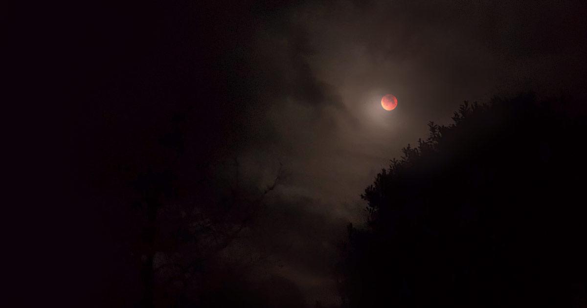 éclipse lunaire rouge et brumeuse
