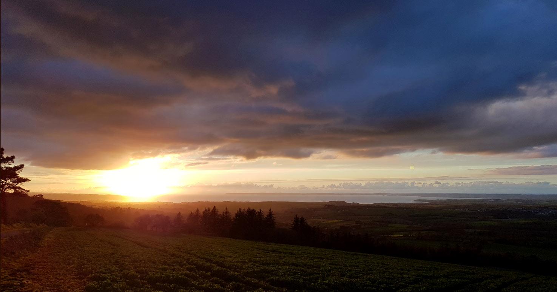 un magnifique couche de soleil sur la Baie de Douarnenez, soir qui ouvre la journée des fêtes du Panthéon du monde vivant