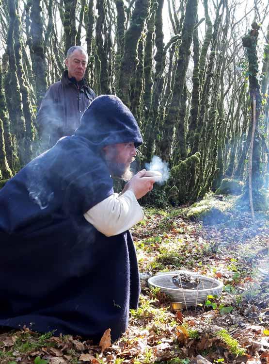 On voit le barde Taliesin souffler sur les braises de son encensoir avant de commencer la bénédiction des Talismans.