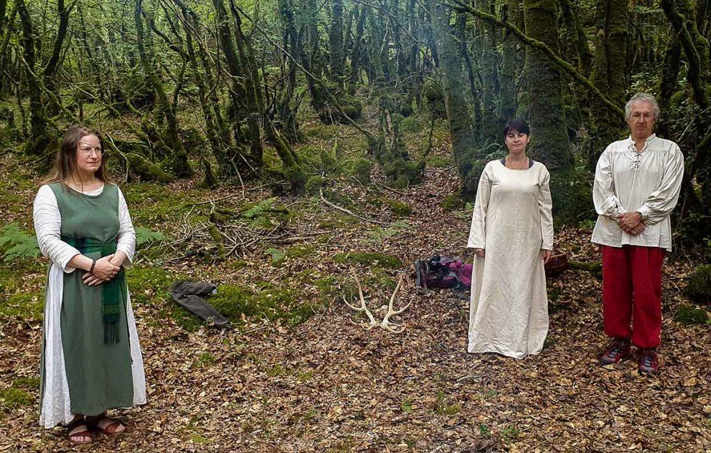 On voit une ovate à gauche et un couple à droite dans une clairière druidique du Pays de Neved. Célébrations druidiques de Dagdia.