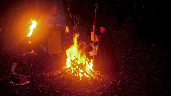 Fin de Roue : Druide devant le feu d'une cérémonie druidique
