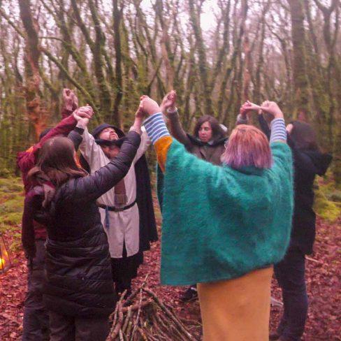 Fête de la Désincarnation : cercle druidique de cérémonie avec un druide, une ovate et des fidèles