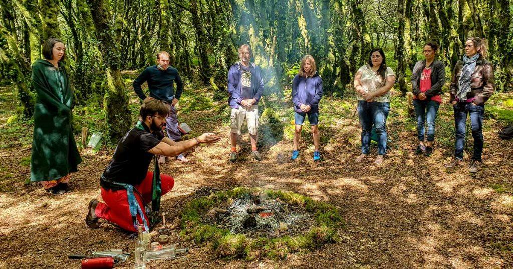 On voit le prêtre d'Ahès au cour de la cérémonie druidique officier à genou près du feu. Tout autour les convives et invités.