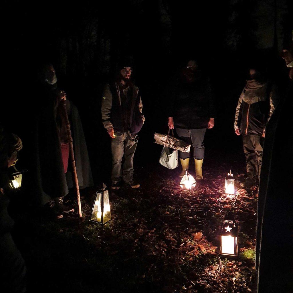cérémonies religieuses druidiques dans la nuit avec des lanterne