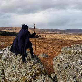 Un druide sur les amas rocheux du Roch Cleguer en balade druidique au coeur des Monts d'Arrée