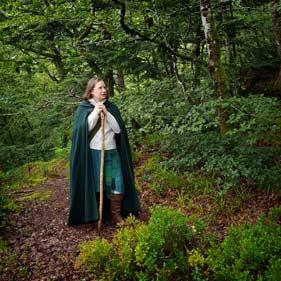 On voit Yavanna dans les bois de Huelgoat s'appuyant sur son bâton.